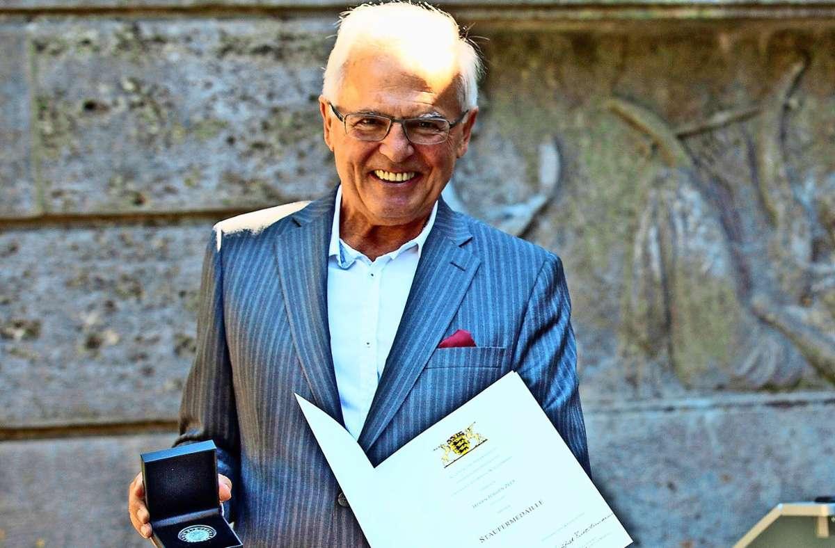 Jürgen Zeeb im Sommer bei der Verleihung der Staufermedaille Foto: Stadt Stuttgart/Leif Piechowski