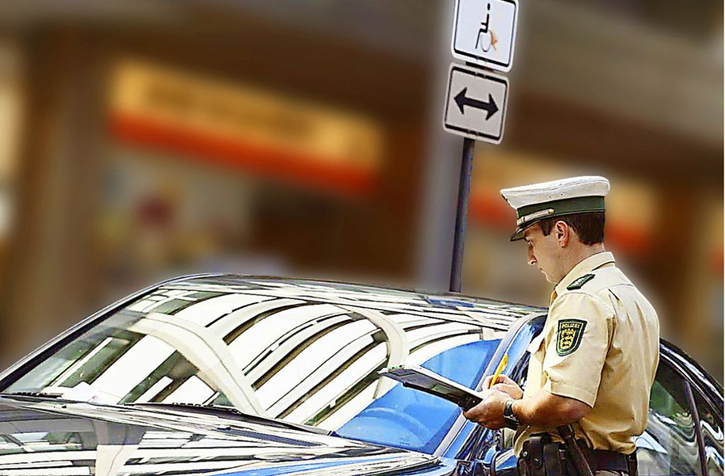 Ein Auto steht verbotenerweise auf einem Behindertenparkplatz. Die Frage, wer diese Parkplätze alles nutzen darf, könnte bald ein Thema werden. Foto: Michael Steinert