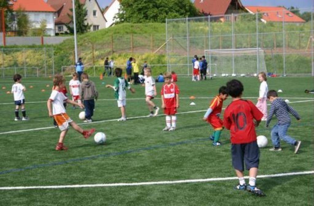 Das erste Fußballtraining auf dem neuen Kunstrasenplatz fand 2010 statt. Inzwischen trainieren dort zwölf Junioren-Teams. Foto: Müller
