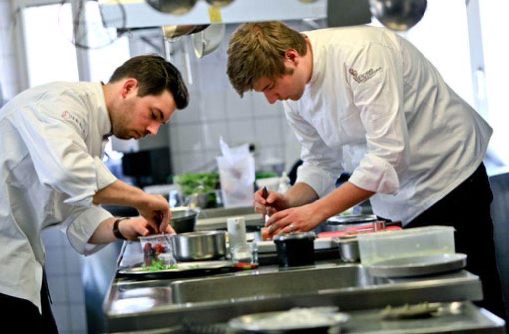Mit einem Michelin-Stern dekoriert: Benjamin Maerz (rechts), Chefkoch im Restaurant Rose in Bietigheim-Bissingen. Foto: Restaurant Rose