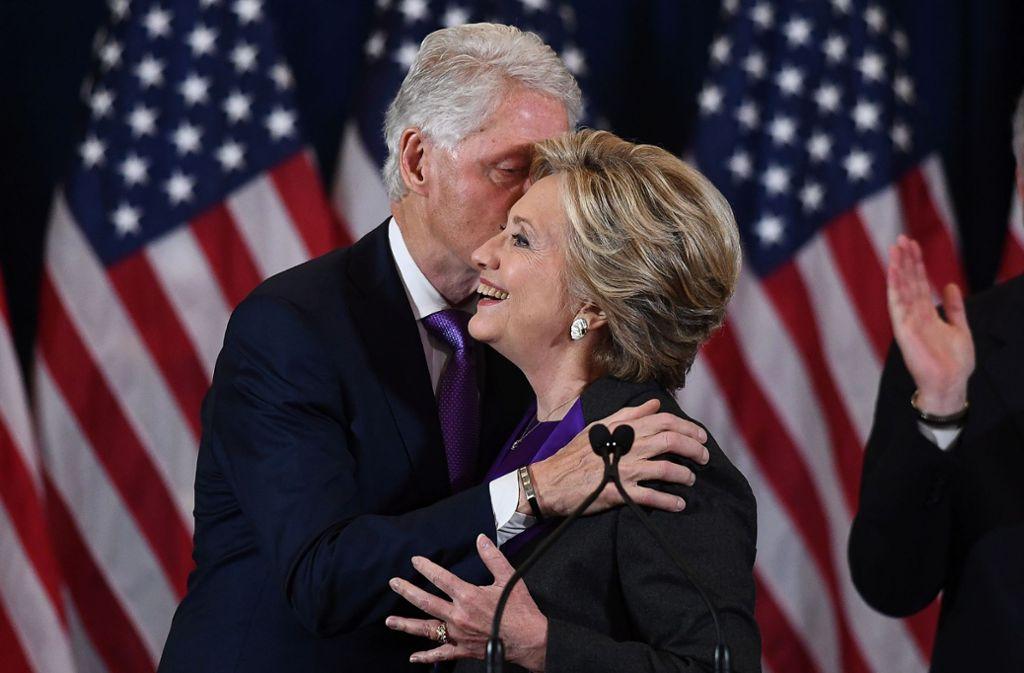 Unterstützung und Trost erhielt Hillary Clinton von ihrem Ehemann Bill.  Foto: AFP