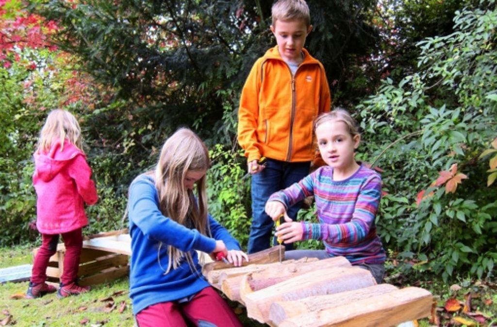Jule (rechts) hat schon ein Schnitzdiplom von den Naturfreunden. Auch ihr Bruder Finn und die neunjährige Carolina bauen mit am Xylofon. Foto: Viola Volland