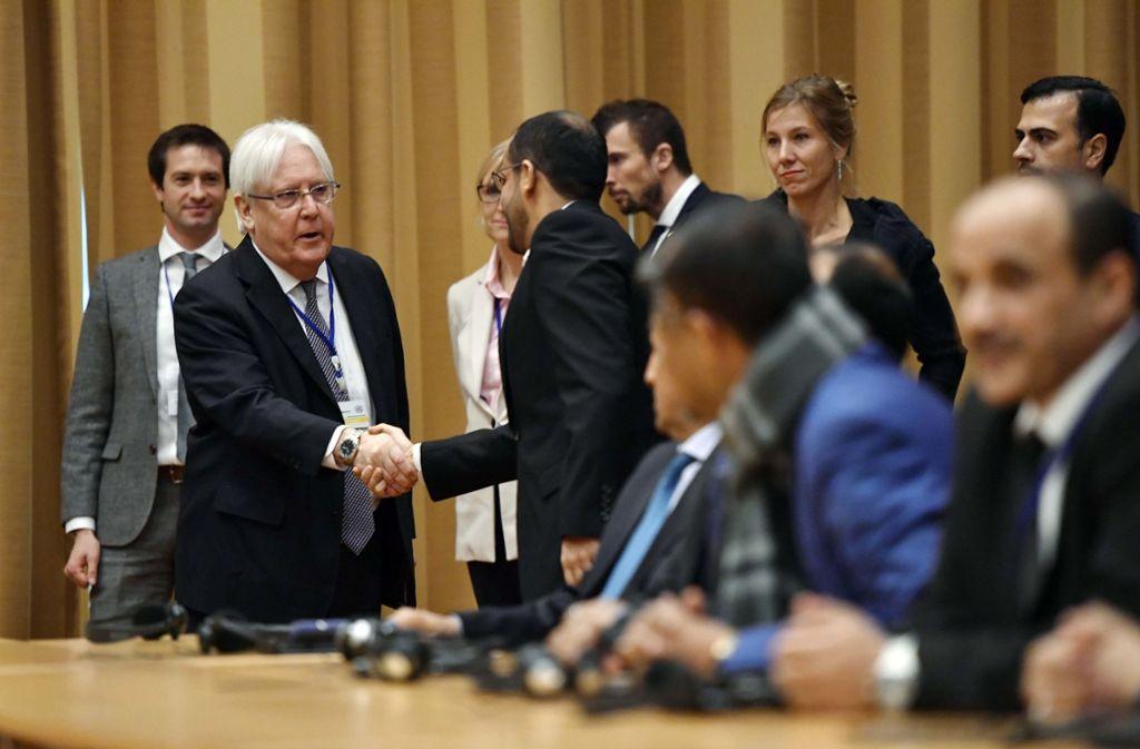 Die Friedensgespräche in Schweden haben begonnen: Martin Griffiths (2.v.l), UN-Sondergesandter für den Jemen, gibt einem Delegierten aus dem Jemen die Hand während der Eröffnungspressekonferenz der Jemen-Gespräche im Schloss Johannesberg. Foto: AP