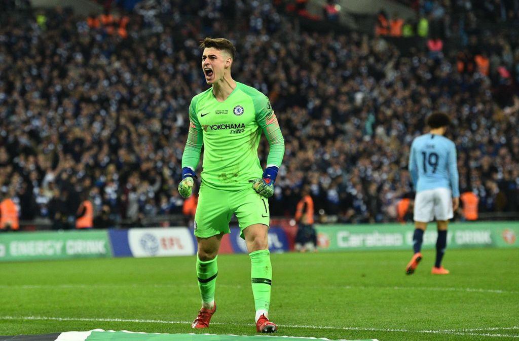 Chelsea-Torwart Kepa blieb stur und auf dem Platz – trotz Ermahnung seines Trainers Maurizio Sarri. Foto: AFP