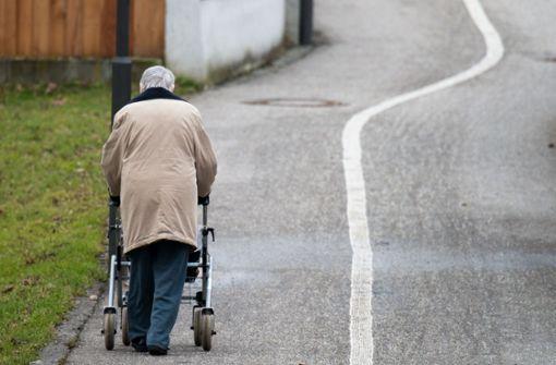 Unbekannter beraubt 85-Jährige – Opfer stürzt