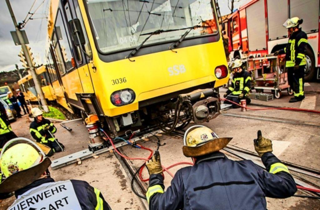 Mit Hydraulikzylindern wird die Bahn wieder ins Gleis gehoben. Foto: Lichtgut/Leif Piechowski