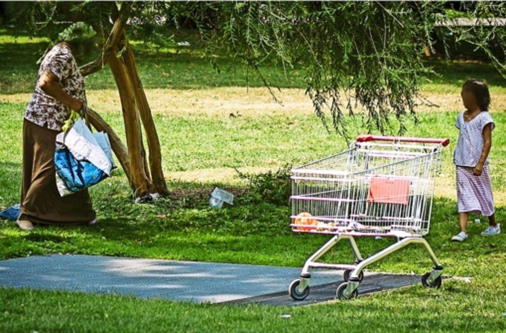 Familien aus Rumänien haben sich im Schlossgarten niedergelassen. Darüber  haben sich Anrainer bei der Stadtverwaltung massiv beschwert. Foto: Lichtgut/Leif Piechowski