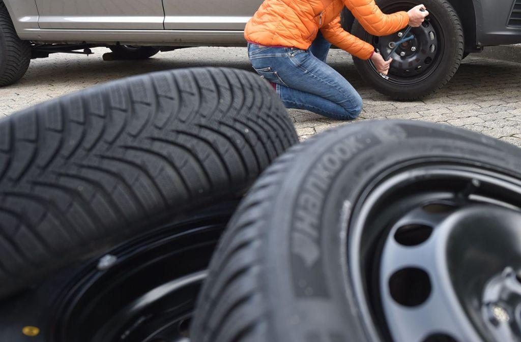 Vom Hof einer Autowerkstatt sind massenhaft Reifen verschwunden. Foto: dpa/Angelika Warmuth
