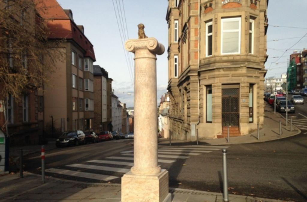 Das Loriot-Denkmal erhält einen neuen Mops. Der alte (auf dem Bild) war im Dezember unter ungeklärten Umständen verschwunden. Foto: Kessel.tv