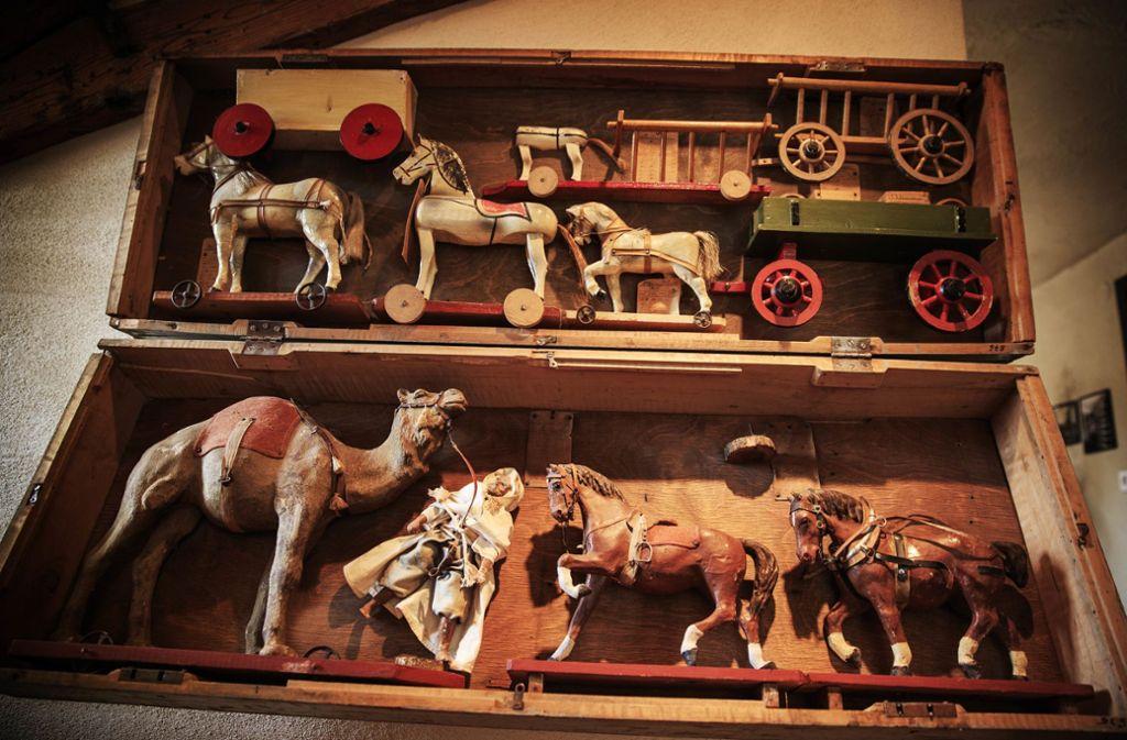 Lederzaumzeug, Sattel, Steigbügel – die Spielzeugtiere der Firma Munz waren bestens ausgestattet. Die Außendienstmitarbeiter präsentierten das Warenangebot in Musterkoffern wie dem auf unserem Foto. Foto: Stoppel
