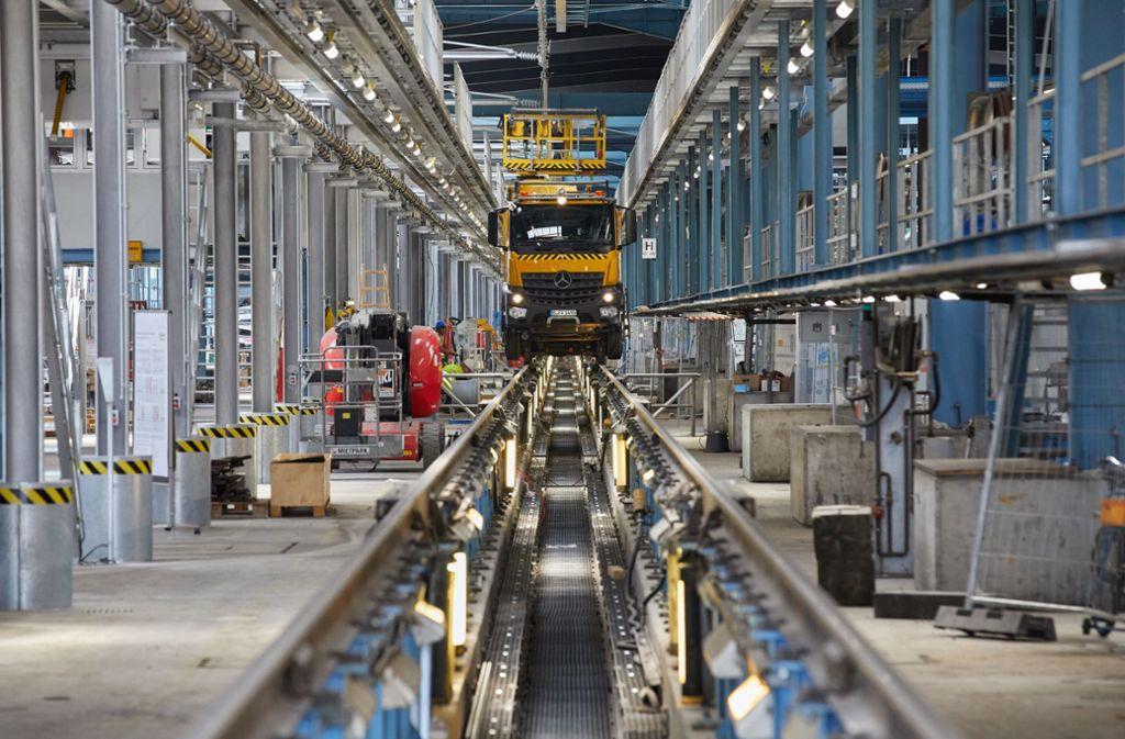 Die Bahn baut ihre ICE-Instandhaltungswerke aus: Hier ein Hubwagen im ICE-Werk Langenfelde auf einem Instandhaltungsgleis. Foto: dpa