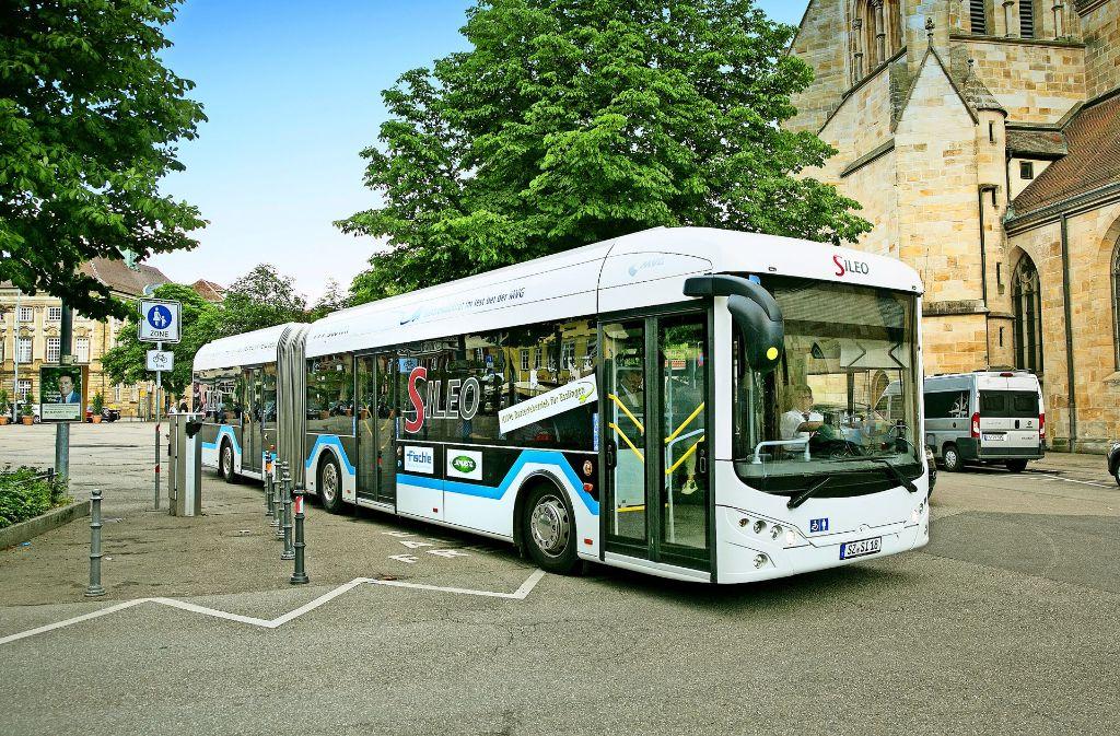Dieser Batterie-Bus soll ohne Oberleitungen auf allen Esslinger Buslinien fahren können. Die Verwaltung ist skeptisch. Foto: Horst Rudel