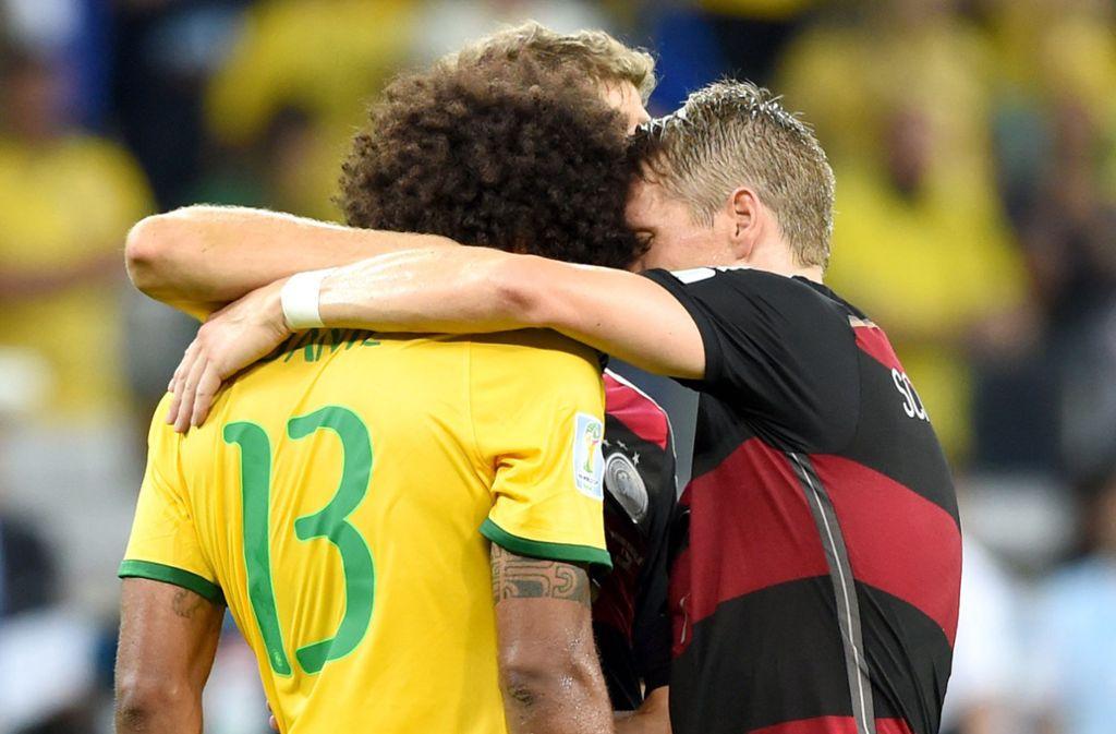 Ein prägender Moment des Sport-Jahrzehnts: Bastian Schweinsteiger (re.) tröstet Dante nach dem 7:1 der deutschen Fußballer bei der WM gegen Gastgeber Brasilien. Foto: dpa/Marcus Brandt