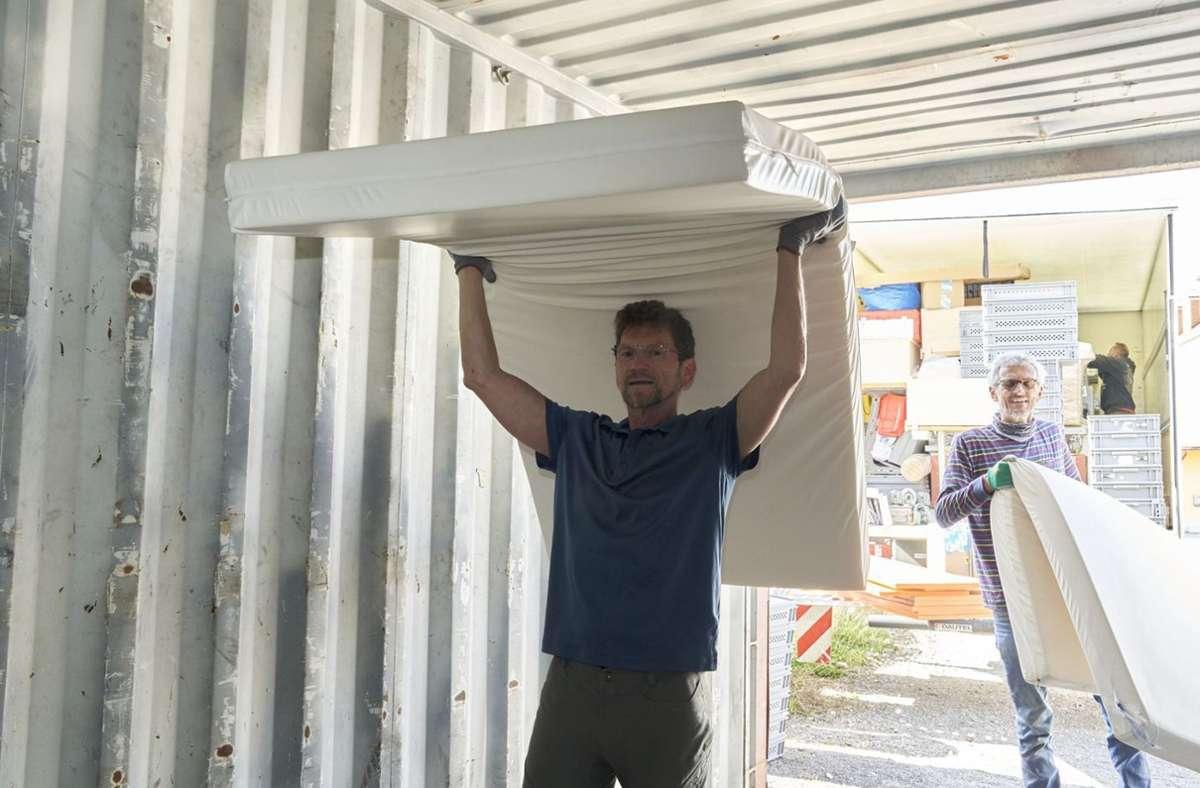 Beim Verladen der Betten in einen Überseecontainer im Wirtschaftshof der RKH-Fürst-Stirum-Klinik Bruchsal hat Hartwig Sauter auch selbst mit angepackt – mit Helfern des Freundeskreises Liweitari. Foto: RKH-Kliniken/Andreas Becker