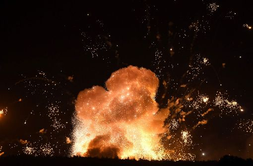 Große Evakuierung nach Feuerbällen über Munitionsdepot