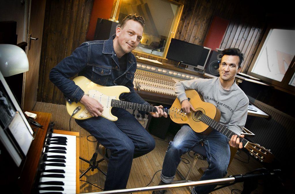 Felix Berchtold und Oliver Bluth verbringen viel Zeit  eigenen Aufnahmestudio Running Gun Recordings in Dettingen. Foto: Horst Rudel
