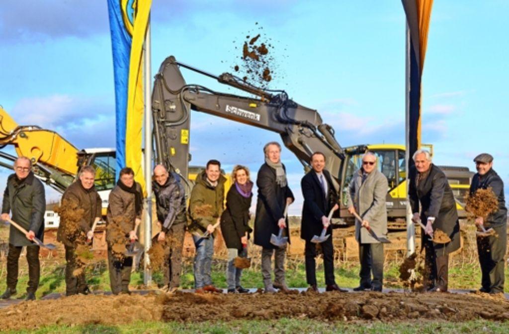 Sie gaben die Arbeiten für die Erschließung des Gebiets Schelmenäcker frei (v.l.): Gerhard Schwenk (Schwenk Tiefbau), Thaddäus Kunzmann (MdL, CDU),  Dieter Braig (BNP Ingenieure),   Alexander Hartmann (Spieth Ingenierure), Bürgermeister Carl-Gustav Kalbfell,Bürgermeisterin Eva Noller, Oberbürgermeister Roland Klenk, Daniel Ludin (Firma Froehlich), Carkheinz Weitmann (IWV), Harald Grübel (Firma Euchner) und Gerald Andelfinger (DLRG). Foto: Norbert J. Leven