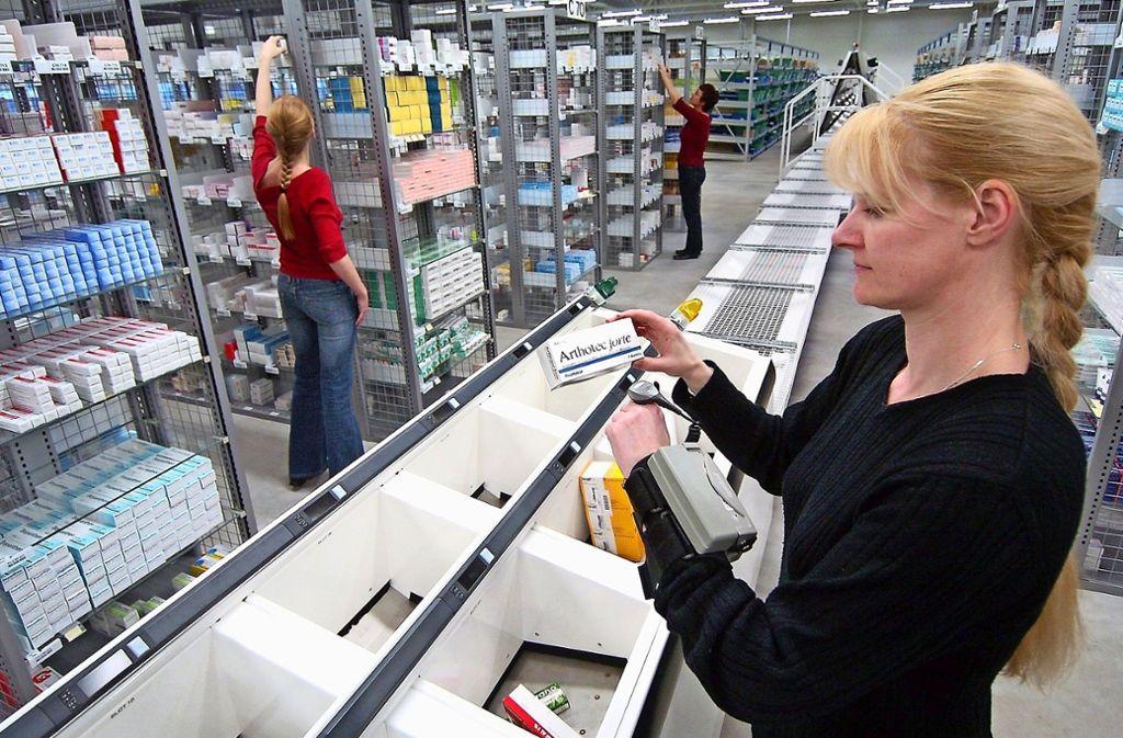 Blick in ein Logistikzentrum für Arzneimittel: Immer mehr Patienten bestellen ihre Medikamente im Internet. Foto: dpa/