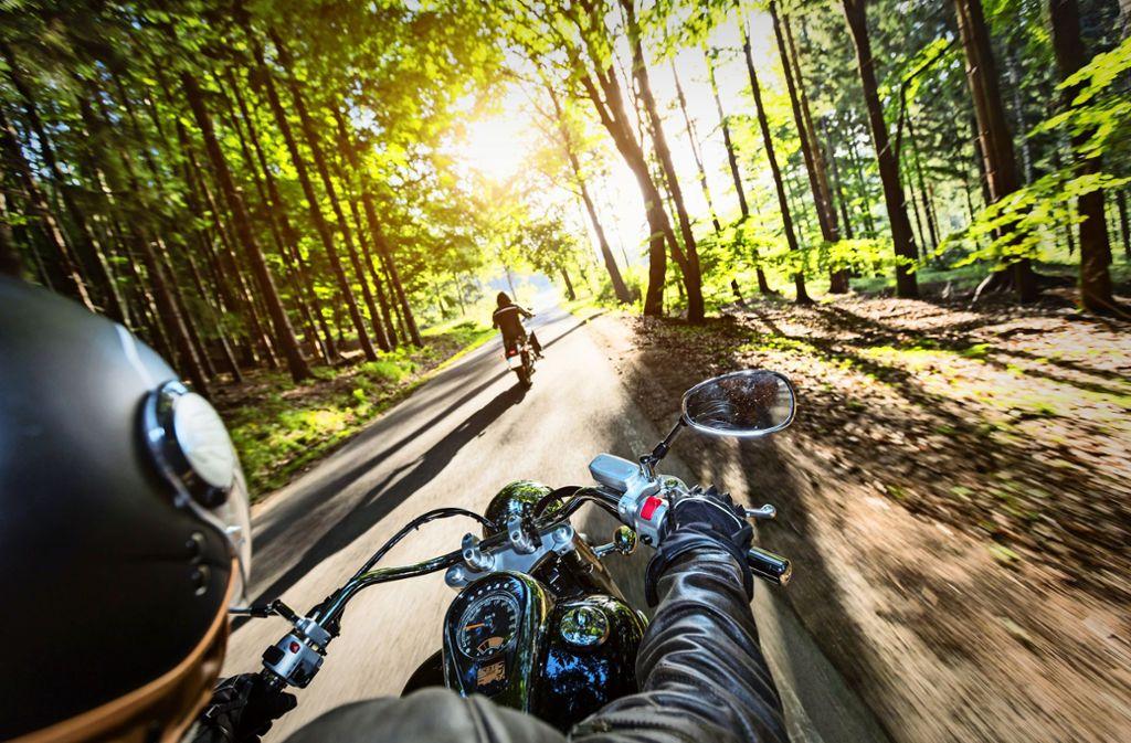 Mehrere Kommunen im Kreis wollen    Zweiradfahrer mit modernen Displays  vom Rasen abbringen. Foto: Adobe Stock