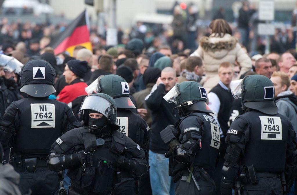 Am Mittwoch waren in sozialen Medien Bilder aufgetaucht, die Möritz als Ordner bei einer rechtsextremen Demo in Halle 2011 zeigen sollen. (Symbolbild) Foto: dpa