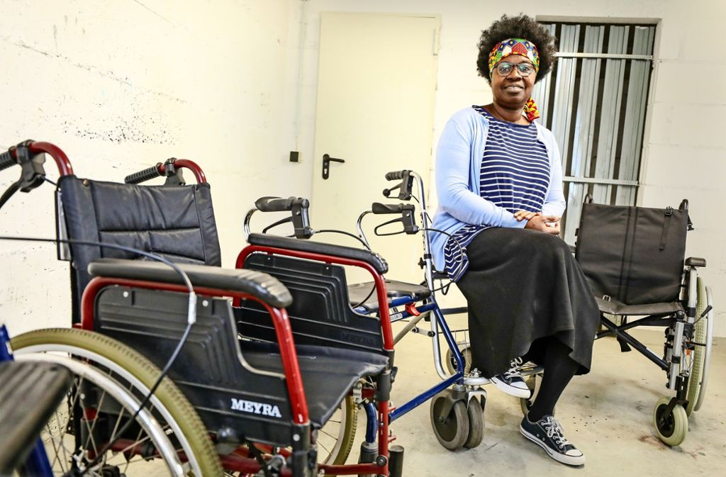 Akua Kyeremeh sucht  nach einem günstigen Transport. Foto: /Christoph Schmidt