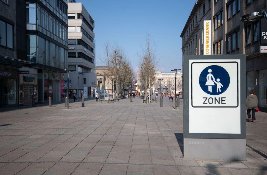 Die Passantenzahlen auf der Stuttgarter Königstraße liegen derzeit teils 90 Prozent unter dem Niveau normaler Tage. Foto: dpa/Marijan Murat