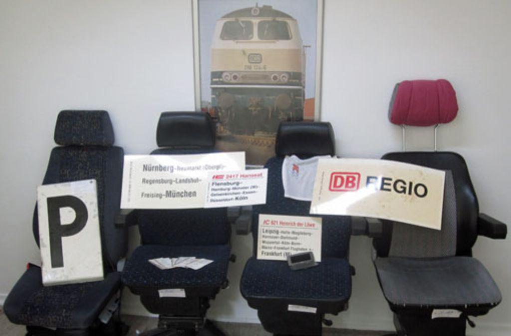 Die Bundespolizei hat fast zehn Kubikmeter Diebesgut in der Stuttgarter Wohnung eines Zugbegleiters sichergestellt - darunter auch diese vier Lokführersessel. Foto: Bundespolizei