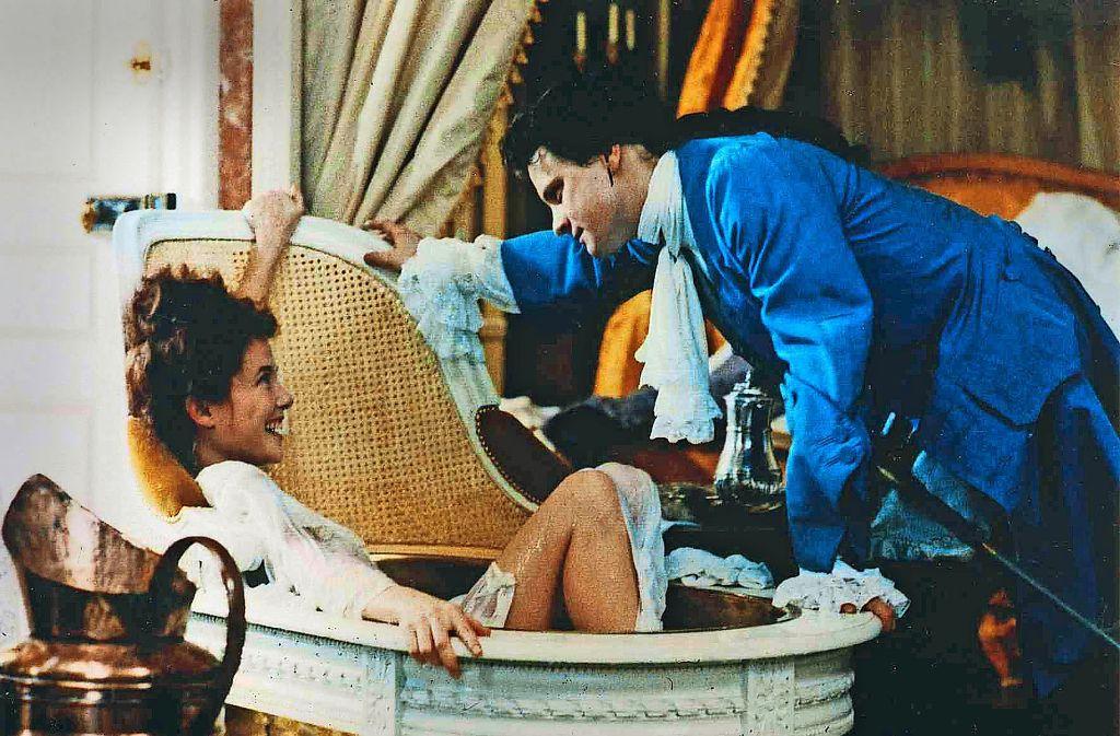 Annette Bening als Madame de Merteuil und Colin Firth als Valmont schätzen einander, weil sie gerne Intrigen spinnen –  aber sie wird  eifersüchtig auf seine Geliebte, Madame de Tourvel, und erklärt deshalb Valmont kurz nach dieser Szene den Krieg. Foto: Verleih