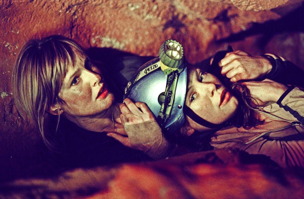 """Rebecca (Saskia Mulder, li.) und Sam (MyAnna Buring) bekommen in """"The Descent"""" Probleme mit Höhlenbewohnern. Foto: ZDF/Alex Bailey"""