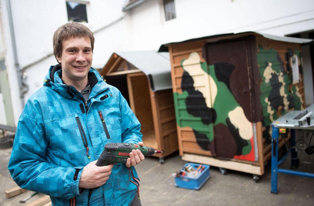 Sven Lüdecke zimmert kleine Wohnboxen für Obdachlose zusammen. Foto: dpa