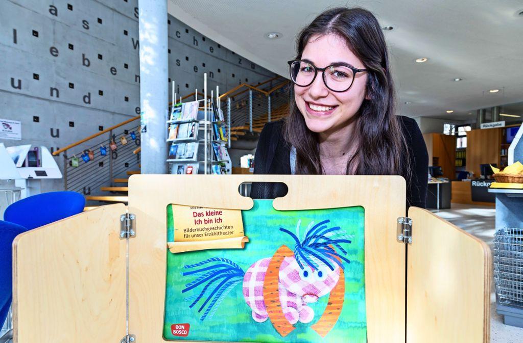 Jessica Salvaggio von der Bücherei zeigt das Erzähltheater. Foto: Thomas Krämer
