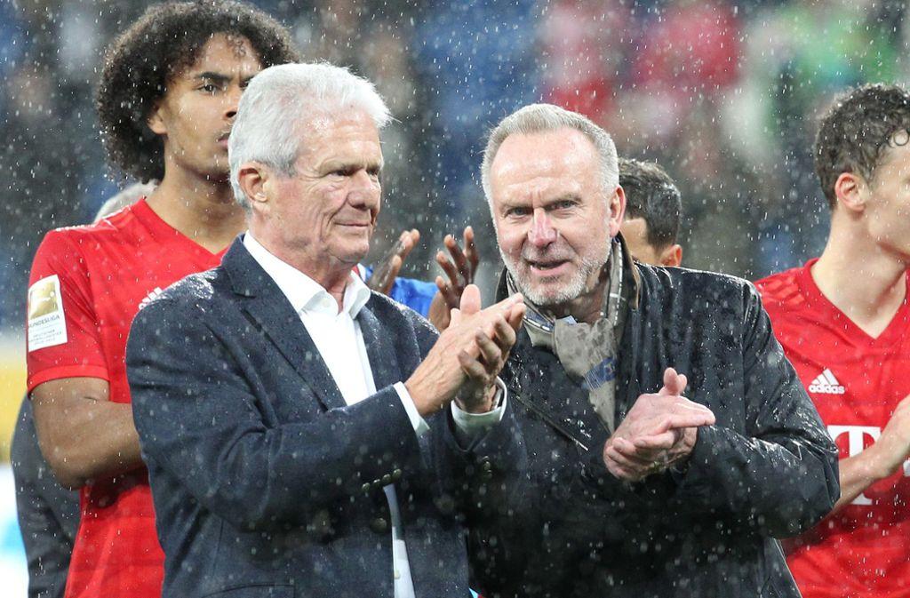 Hopp und Bayern-Vorstandschef Karl-Heinz Rummenigge standen demonstrativ am Spielfeldrand und klatschten. Foto: AFP/DANIEL ROLAND