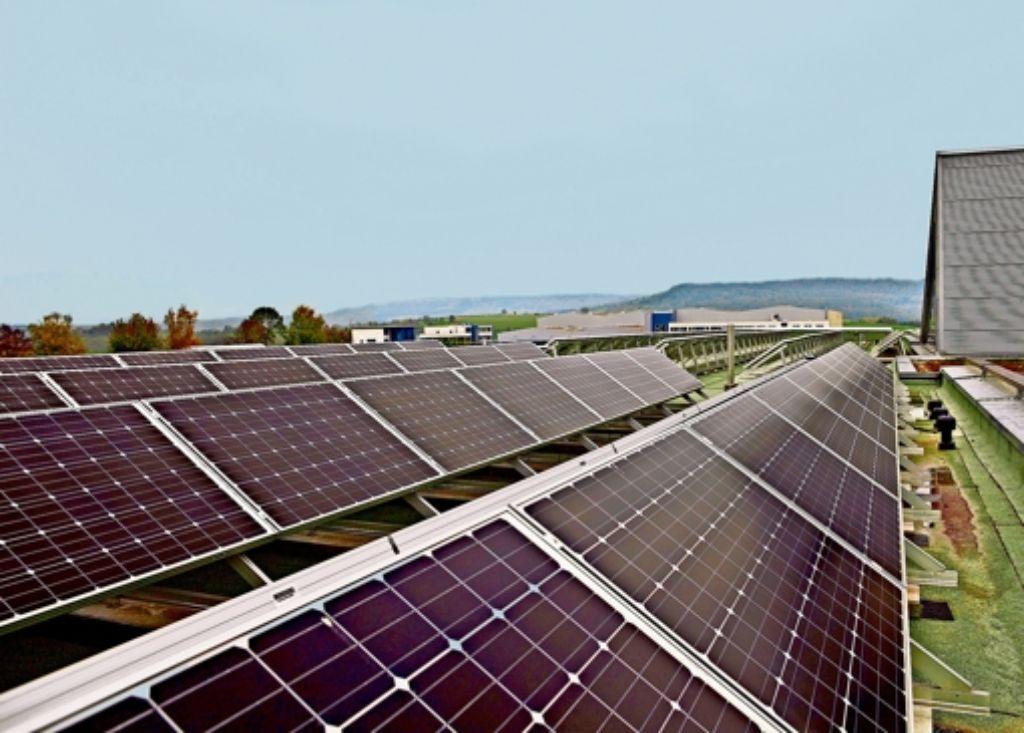 Das Fotovoltaiksystem macht 80 Prozent der Energieversorgung aus.  Für eine bessere Auslastung blicken die Solarzellen auf dem Dach in unterschiedliche Himmelsrichtungen. Foto: Bräsel