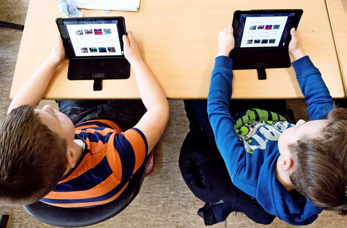 Schüler einer 5. Klasse lernen mit iPads im Englischunterricht Foto: dpa/Julian Stratenschulte