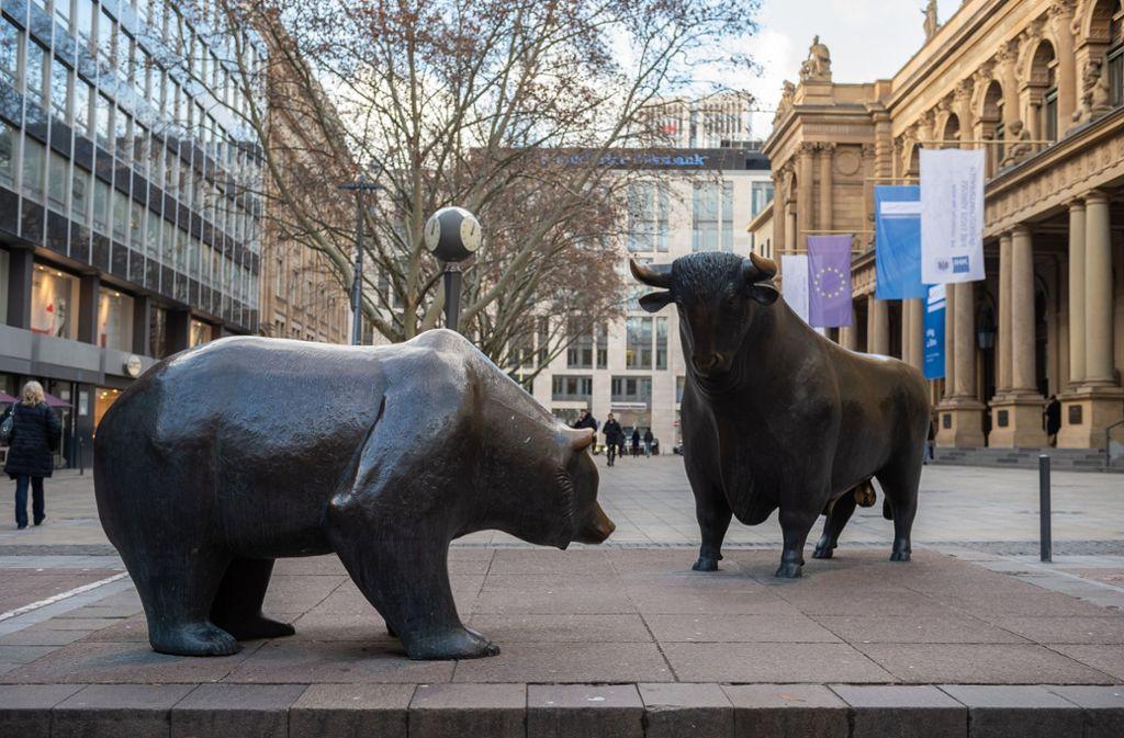Bär und Bulle vor der Frankfurter Börse – als Symbol für fallende beziehungsweise steigende Kurse. Foto: dpa