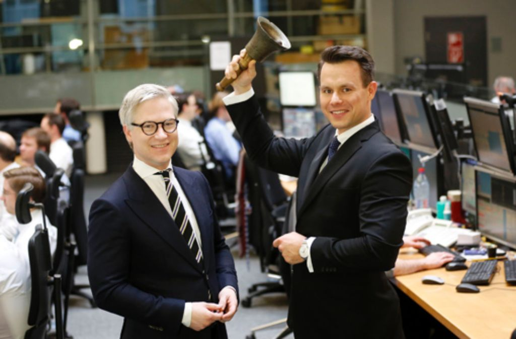 Christoph Boschan (rechts), Vorstand der Börse Stuttgart AG, und Markus Koch, Börsenreporter an der Wall Street, läuten in der Börse in Stuttgart die Börsenglocke. Foto: dpa