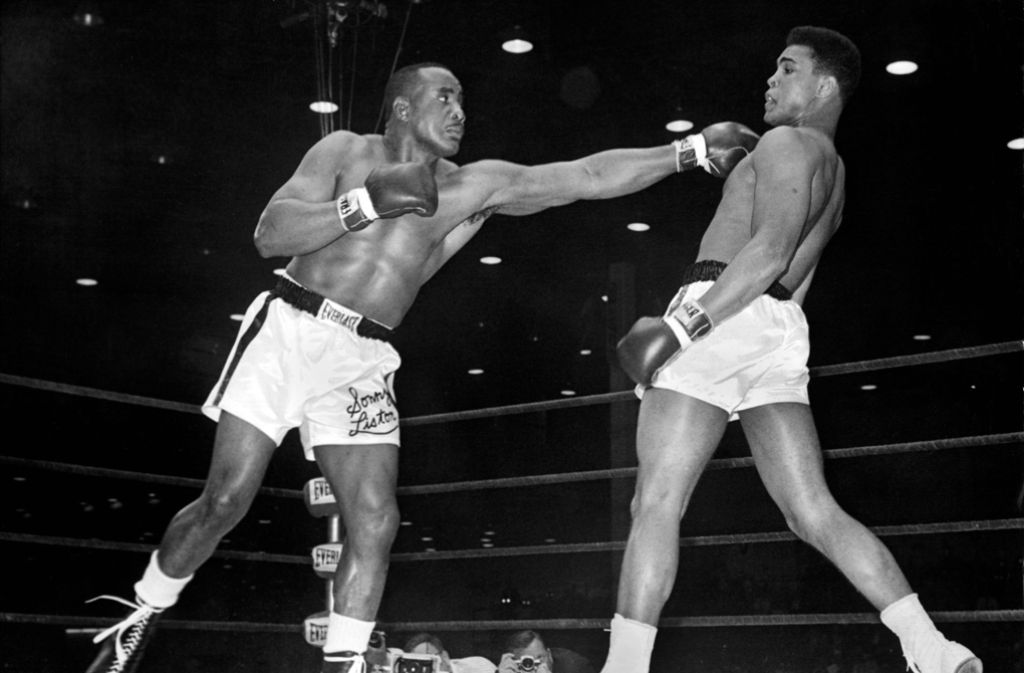 """""""Schwebe wie ein Schmetterling, stich wie eine Biene."""" (Ali (rechts) im Jahr 1964 vor seinem Kampf gegen Sonny Liston (links)) Foto: dpa"""