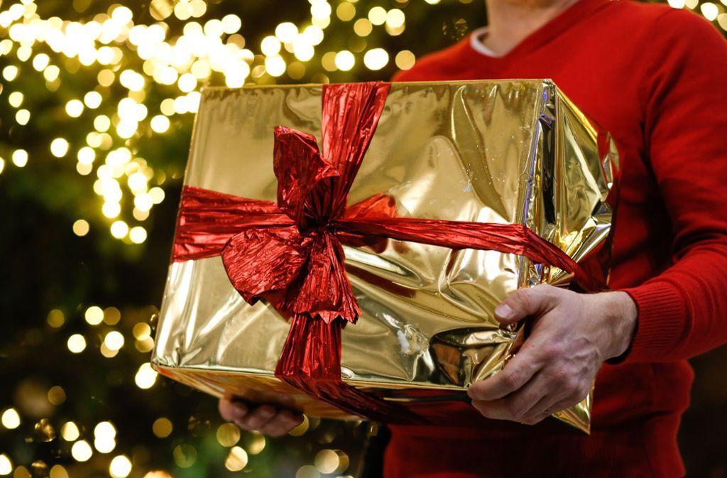 Muss beschichtetes Geschenkpapier wirklich sein? Oder ginge auch Zeitungspapier? Foto: dpa