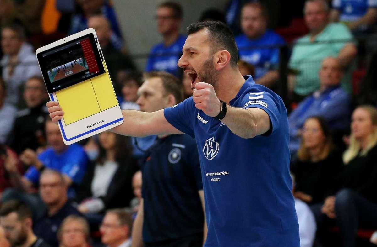 Giannis Athanasopoulos: Vor so vielen Zuschauern wird der Trainer der Stuttgarter Volleyballerinnen in nächster Zeit nicht jubeln können. Foto: Baumann