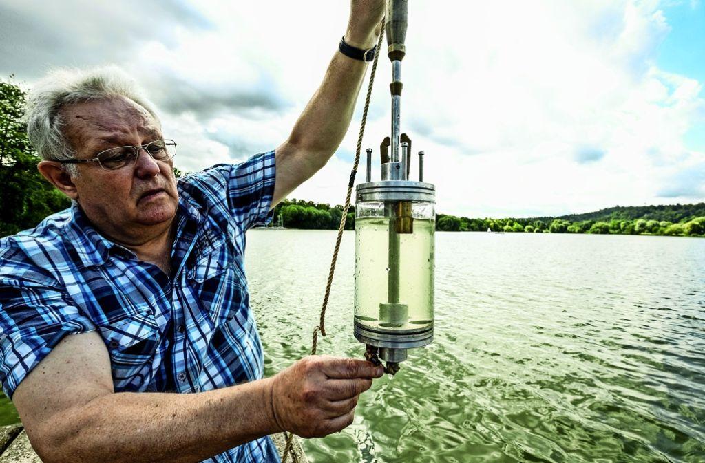 Anglerchef Hans-Hermann Schock prüft am Montag das Wasser des Max-Eyth-Sees. Foto: Lichtgut/Leif Piechowski