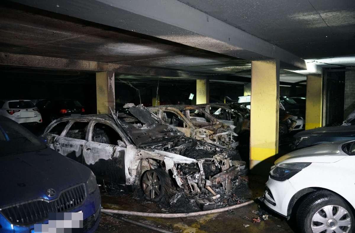 Fünf Autos sind bei dem Brand total zerstört worden. Foto: SDMG/Woelfl