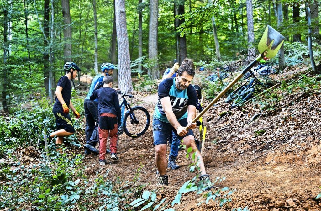Erst die Arbeit, dann das Vergnügen: Die Mountainbiker hoffen, noch in diesem Jahr mit dem Bau der Strecke fertig zu werden. Foto: Horst Rudel
