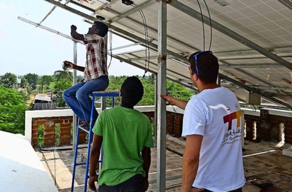 Die indischen Handwerker bei der Installation der neuen Solaranlage auf dem Dach des Sozialzentrums. Angeleitet wurden sie von den Elektrikern ohne Grenzen. Foto: z