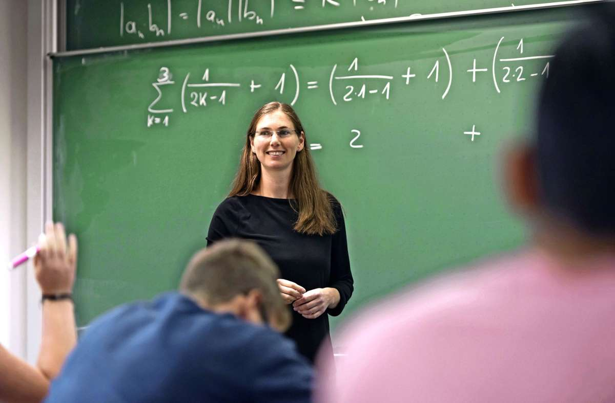 Angehende Studierende frischen ihre Mathekenntnisse am Mint-Kolleg der Uni Stuttgart auf – vor Corona noch ohne Abstand. Foto: Lichtgut/Max Kovalenko