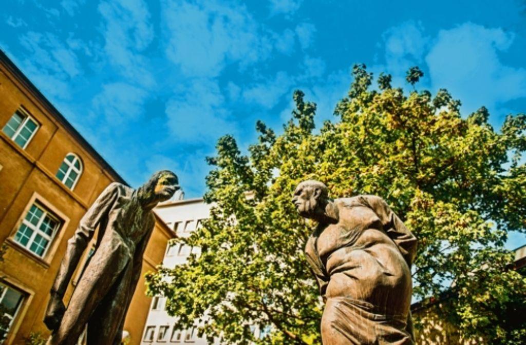 """Wenn zwei das Gleiche sagen, meinen sie nicht unbedingt dasselbe – und umgekehrt. """"Die Auseinandersetzung"""" heißt diese Skulptur von Karl-Henning Seemann. Foto: Martin Stollberg"""