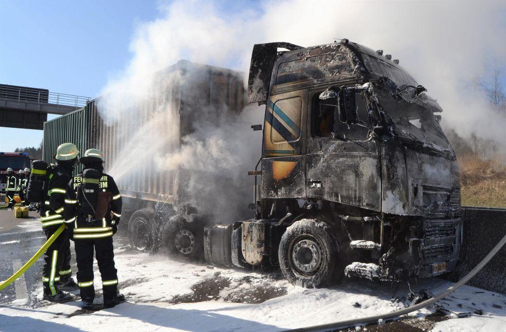 Schnell greift das Feuer vom Pkw auf den Lastwagen über. Foto: 7aktuell.de/Igor Myroshnichenko