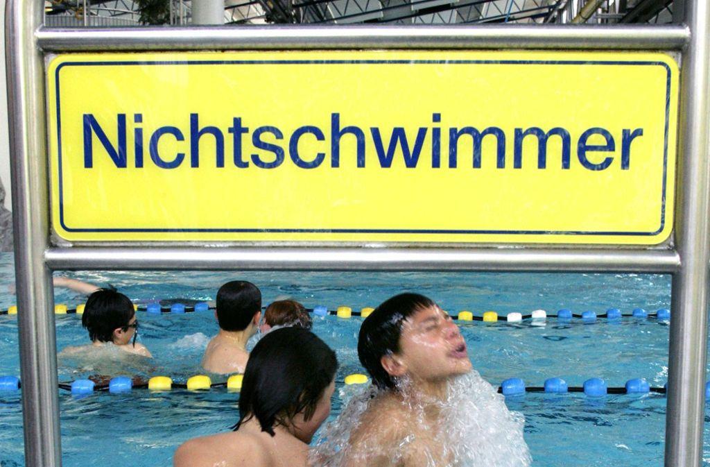 Wer eine richtige Wasserratte werden will, braucht genügend Schwimmunterricht und Zeit im Wasser. Foto: dpa