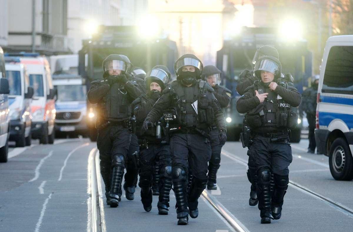 Die Polizei war am Samstag mit zahlreichen Kräften im Einsatz. Foto: dpa/Zentralbild