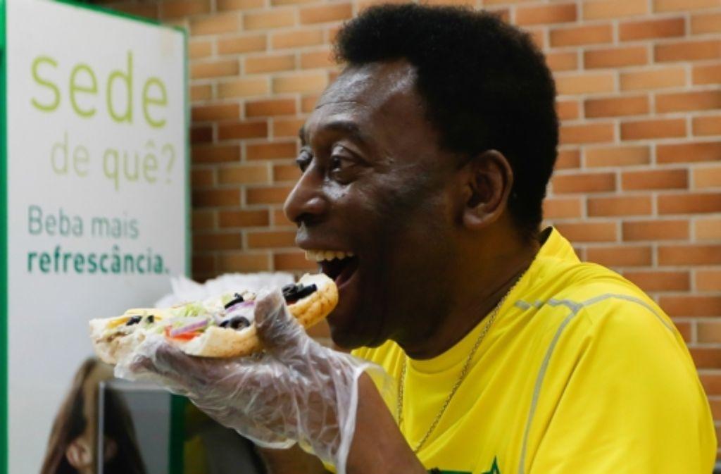 Pelé hat keine Lust auf Losfee - zu groß wäre die Enttäuschnung, wenn der brasilianische Jahrhundertfußballer seinem Land schwierige Gegner zulosen könnte. Da beißt der 73-Jährige doch schon lieber in ein Sandwich. Gemeinsam mit ... Foto: Getty Images South America