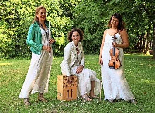 Drei Damen bezaubern das Stadtviertel